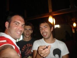 Eu, Pacco e o Cristhian que me hospedou na capital da Romênia